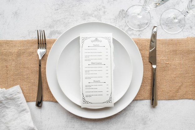 Bovenaanzicht van platen met mes en vork