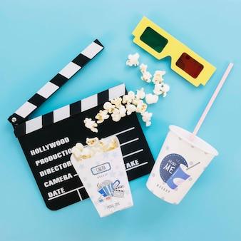 Bovenaanzicht van popcorn beker frisdrank en glazen voor bioscoop