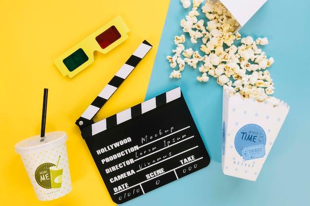 Bovenaanzicht van popcorn cup met filmklapper en frisdrank