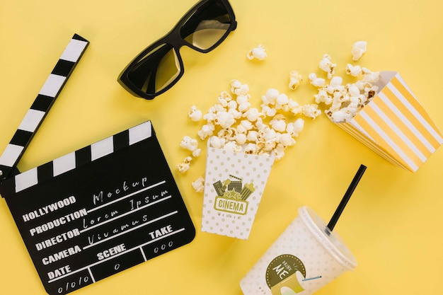 Bovenaanzicht van popcorn cup met filmklapper en glazen