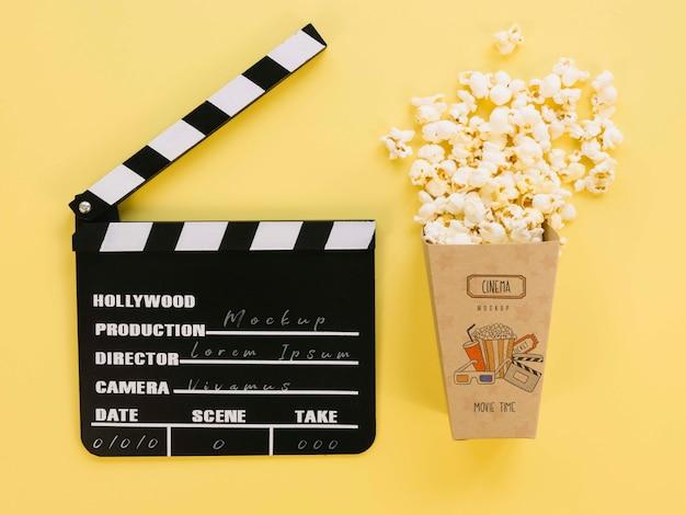 Bovenaanzicht van popcorn cup met filmklapper