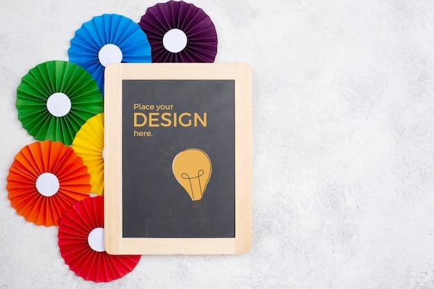 Bovenaanzicht van regenboog gekleurde rozetten en schoolbord