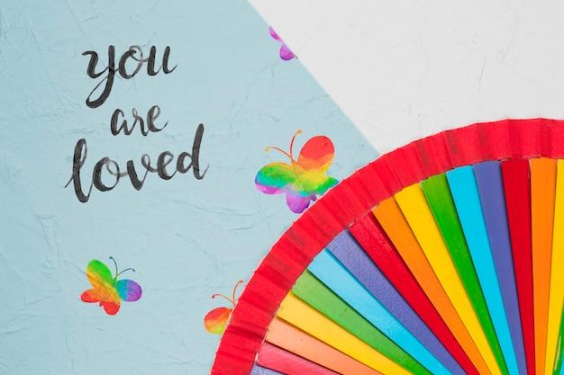 Bovenaanzicht van regenboog gekleurde vlinders voor trots