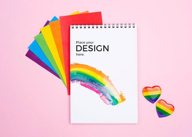 Bovenaanzicht van regenboog harten en notebook