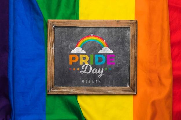 Bovenaanzicht van regenboogkleuren en schoolbord
