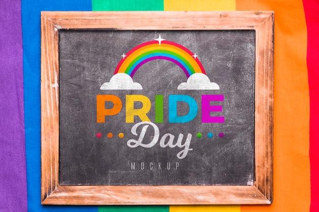 Bovenaanzicht van regenboogkleuren voor trots met schoolbord