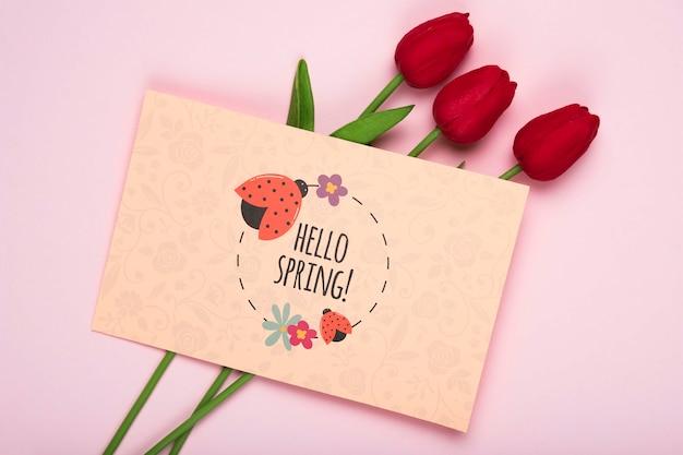 Bovenaanzicht van rode tulpen en kaart