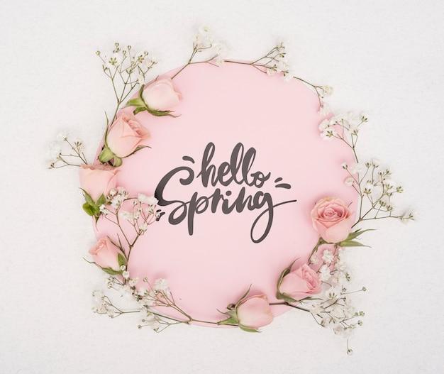 Bovenaanzicht van roze lente rozen met andere bloemen