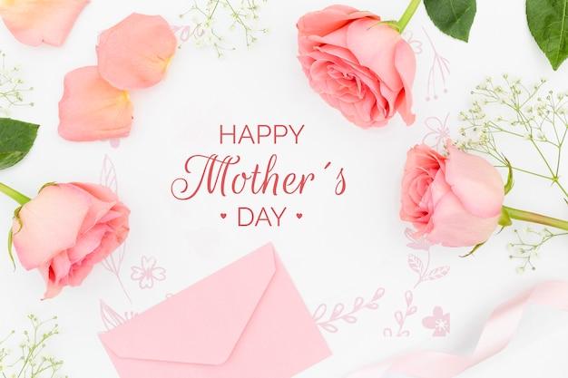 Bovenaanzicht van rozen met envelop voor moederdag