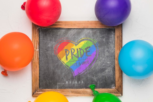Bovenaanzicht van schoolbord met regenboog gekleurde ballonnen