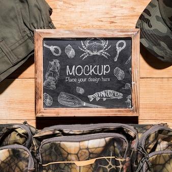 Bovenaanzicht van schoolbord met visnet en kleding