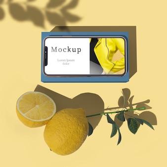 Bovenaanzicht van smartphone met schaduw en citrus