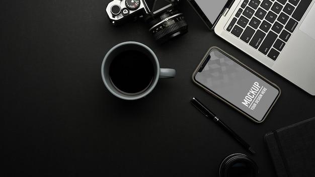 Bovenaanzicht van smartphone mockup op werkruimte