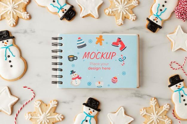 Bovenaanzicht van sneeuwvlok en sneeuwpop cookies