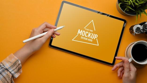 Bovenaanzicht van stijlvolle werkruimte met mockup voor digitale tablet