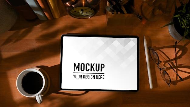 Bovenaanzicht van studeertafel met mockup voor digitale tablet
