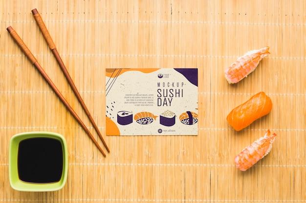 Bovenaanzicht van sushi met stokjes en sojasaus