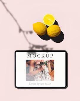 Bovenaanzicht van tablet met foto en citroenen