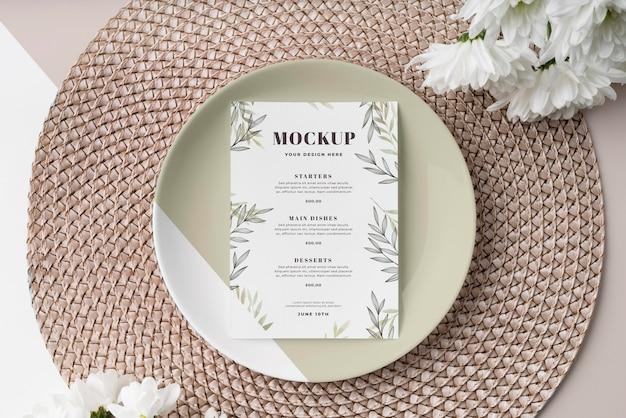 Bovenaanzicht van tafelopstelling met bord en lentemenu mock-up