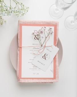 Bovenaanzicht van tafelopstelling met mock-up van het lentemenu en bloemen