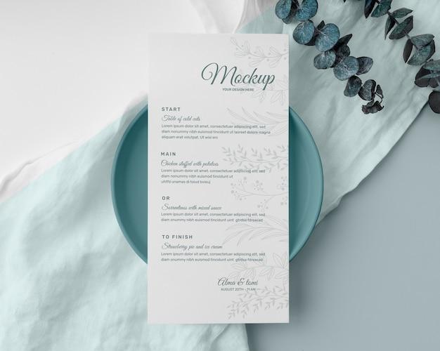 Bovenaanzicht van tafelopstelling met mock-up van het lentemenu en bord