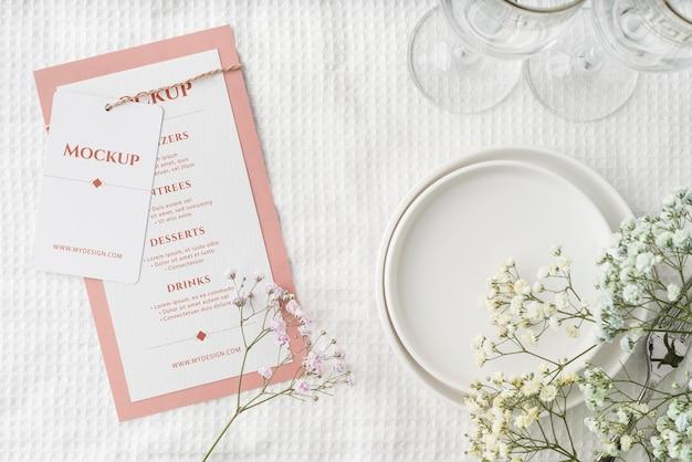 Bovenaanzicht van tafelopstelling met mock-up voor lentemenu en glazen
