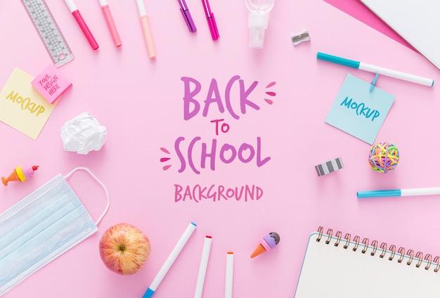 Bovenaanzicht van terug naar school essentials met notebook