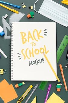 Bovenaanzicht van terug naar school notebook