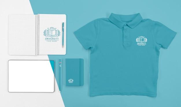Bovenaanzicht van terug naar school t-shirt met notebooks en pen
