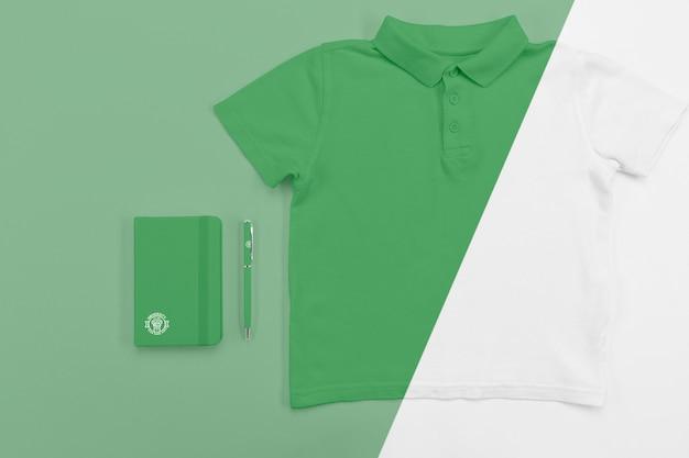 Bovenaanzicht van terug naar school t-shirt met notitieboekje en pen