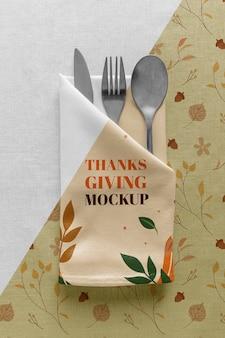 Bovenaanzicht van thanksgiving-eettafel met bestek