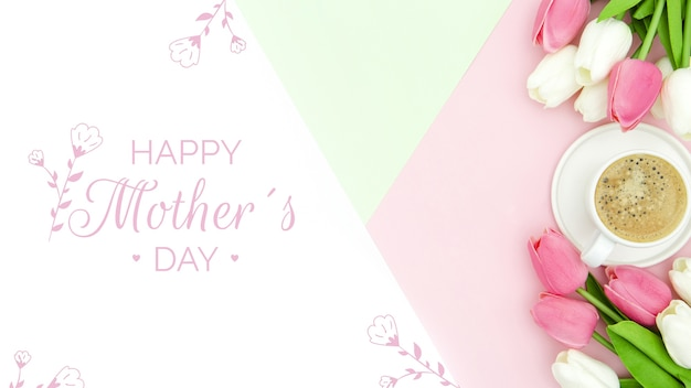 Bovenaanzicht van tulpen met koffiekopje voor moederdag