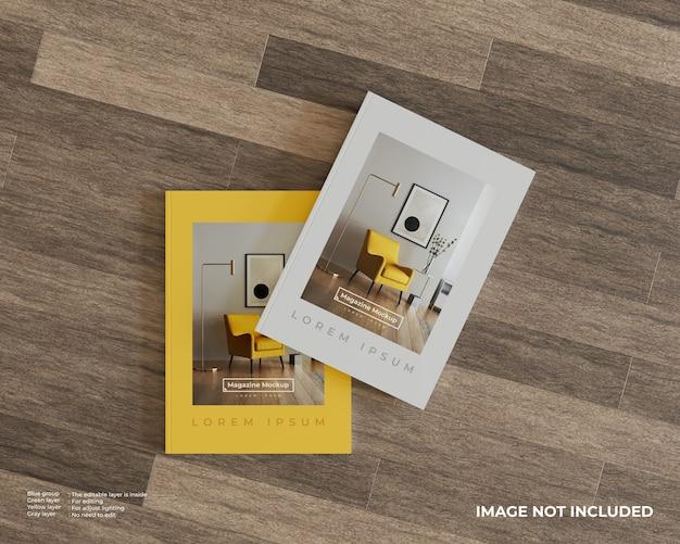 Bovenaanzicht van twee tijdschriften mockup op houten vloer