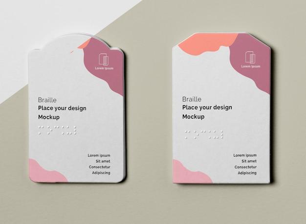 Bovenaanzicht van twee visitekaartjes met braille