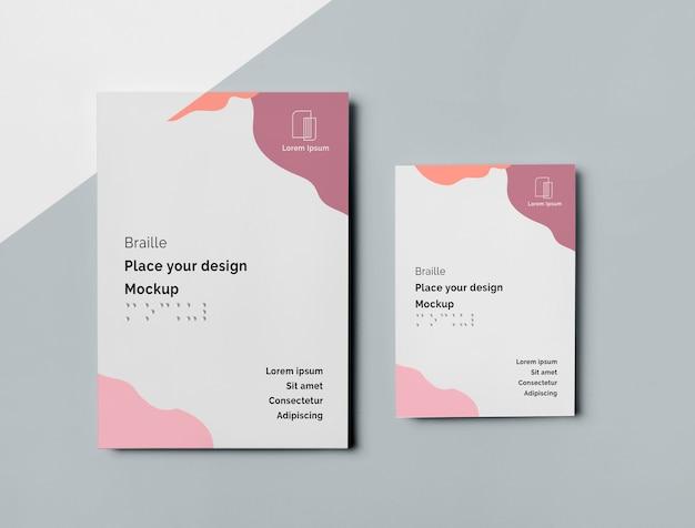 Bovenaanzicht van twee visitekaartjes met brailleschrift