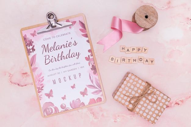 Bovenaanzicht van verjaardag kladblok met cadeau en lint