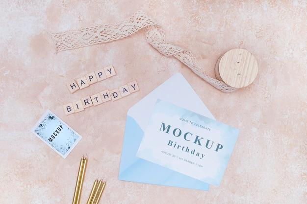 Bovenaanzicht van verjaardagsenvelop met kaart en lint