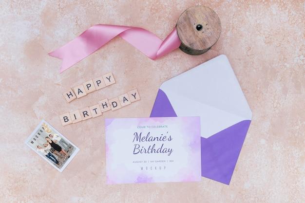 Bovenaanzicht van verjaardagskaart envelop met lint