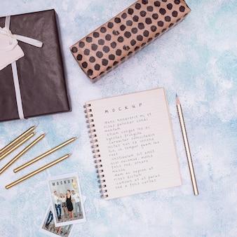 Bovenaanzicht van verjaardagskladblokmodel met cadeautjes