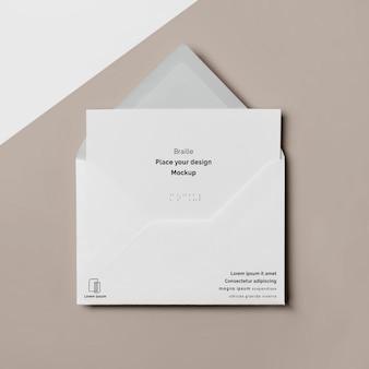 Bovenaanzicht van visitekaartje met braille en envelop