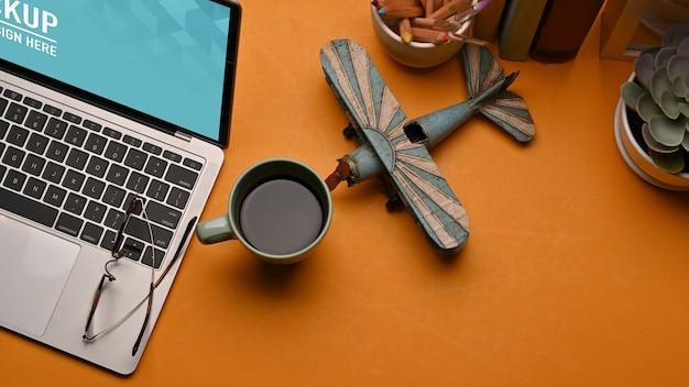 Bovenaanzicht van werkruimte met laptop mockup, koffiemok, decoraties in kantoor aan huis