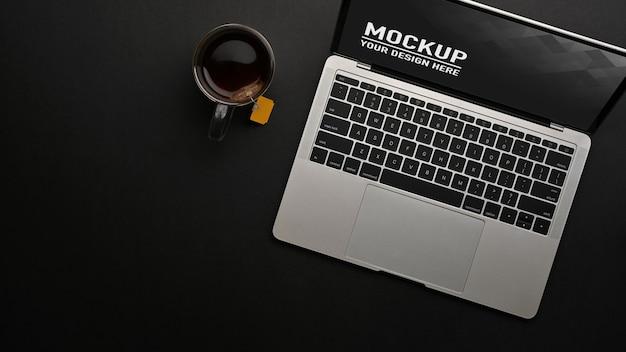 Bovenaanzicht van werkruimte met laptopmodel en koffiekopje