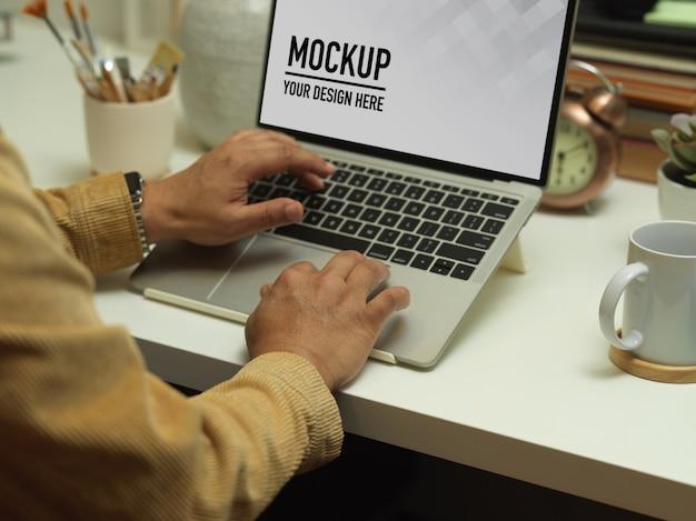 Bovenaanzicht van werkruimte met laptopmodel