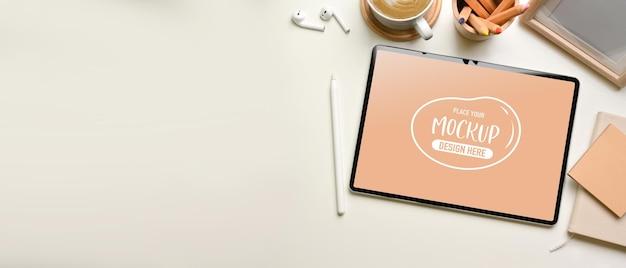 Bovenaanzicht van werkruimte met mockup voor digitale tablet, briefpapier en benodigdheden