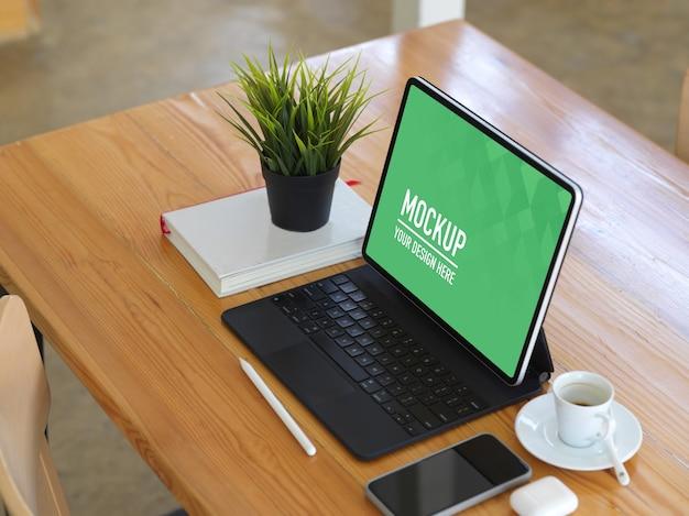 Bovenaanzicht van werkruimte met mockup voor digitale tablet