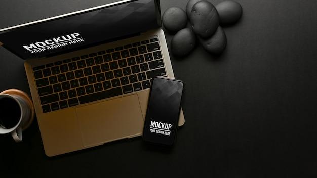 Bovenaanzicht van werkruimte met mockup voor laptop en smartphone