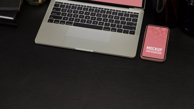 Bovenaanzicht van werkruimte met mockup voor laptop en telefoon