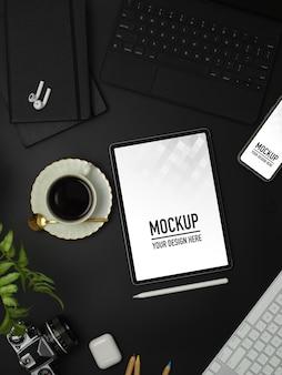 Bovenaanzicht van werkruimte met mockup voor tablet, smartphone, koffiekopje en accessoires