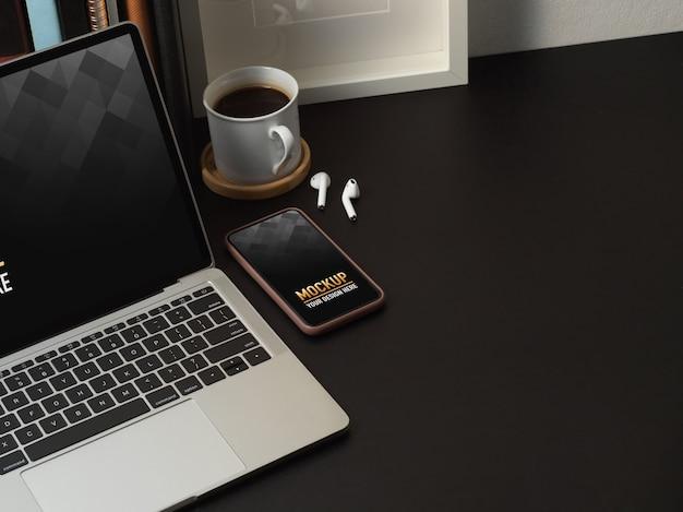 Bovenaanzicht van werkruimte met mockup voor telefoon en laptop