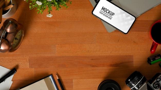 Bovenaanzicht van werkruimte met smartphonemodel